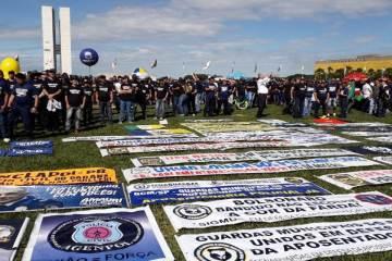 manifestação policiais - 'BOLSONARO NOS TRAIU': policiais fazem manifestação contra a reforma da Previdência - VEJA VÍDEO