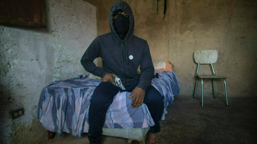 o criminosos venezuelano el negrito mostra sua arma em sua casa em petare caracas 1559157272452 v2 900x506 - Na Venezuela, ladrões não têm dinheiro nem para bala de revólver