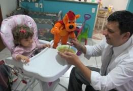 Brasileiros acreditam que homens que ficam em casa para cuidar dos filhos são 'menos homem' e psicóloga defende diálogo para mudar quadro