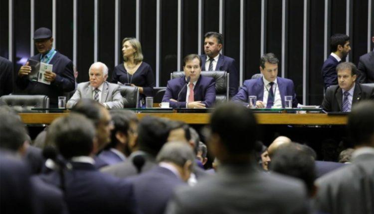 """plenário da Câmara 750x430 - """"Centrão"""" desiste de recriar ministérios e vai votar MP de Bolsonaro"""