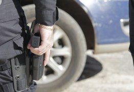 Policiais acusados de violência contra a mulher terão armas recolhidas