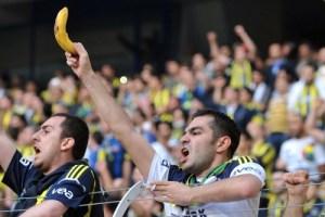 racismo futebol banana torcida racista discriminacao 300x200 - Futebol brasileiro já tem 14 denúncias de racismo em 2019