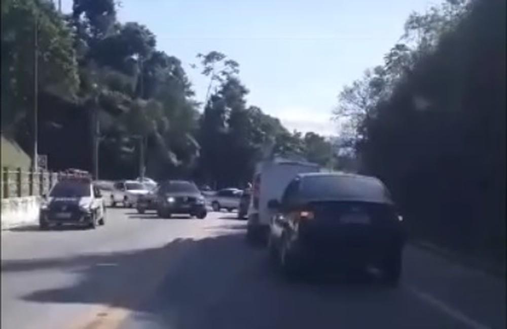 tiroteio - Três pessoas são baleadas em intenso tiroteio em comunidade sobrevoada por Witzel em Angra dos Reis - VEJA VÍDEO