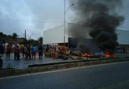 FAMÍLIAS RESGATADAS DE BARCO: Moradores do Esplanada bloqueiam BR-230 e reivindicam obras contra alagamentos – VEJA VÍDEO