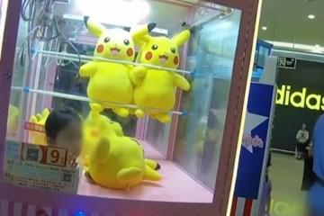 Menina fica presa em máquina de brinquedos ao tentar 'capturar' Pikachu