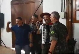 Mourão solta a voz e canta clássico da música gaúcha em Santa Maria – VEJA VÍDEO