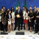 Bolsonaro biblia - CAFÉS DA MANHÃ: Bolsonaro recebeu 100 jornalistas de 42 veículos em menos de 4 meses, no Planalto