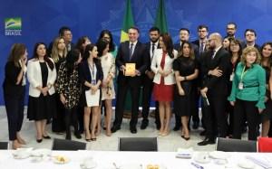 Bolsonaro biblia 300x187 - CAFÉS DA MANHÃ: Bolsonaro recebeu 100 jornalistas de 42 veículos em menos de 4 meses, no Planalto