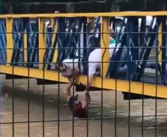 Capturar 29 - SOCORRO: Homem é salvo de enxurrada durante forte chuva; VEJA VÍDEO
