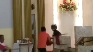 Capturar 45 300x168 - SURRA UNGIDA: Homem invade igreja, é agredido por fieis e vai parar no hospital; VEJA VÍDEO