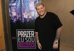 Ferrugem abandona show após público arremessar objetos no palco – VEJA VÍDEO