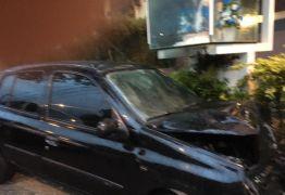 Motorista de aplicativo é feito refém e capota carro em João Pessoa
