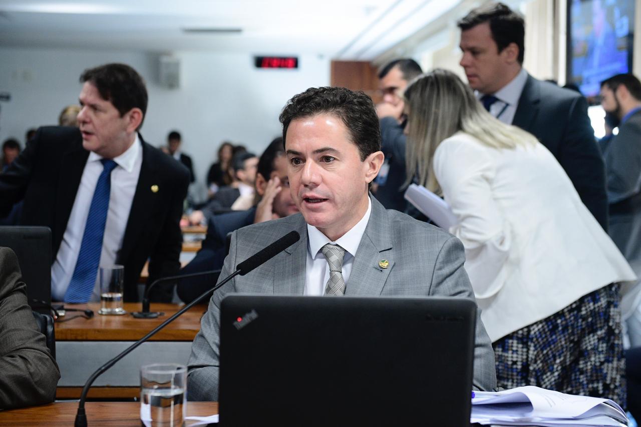 Relatório de Veneziano contra os decretos presidenciais que liberam armas é aprovado e vira parecer da CCJ