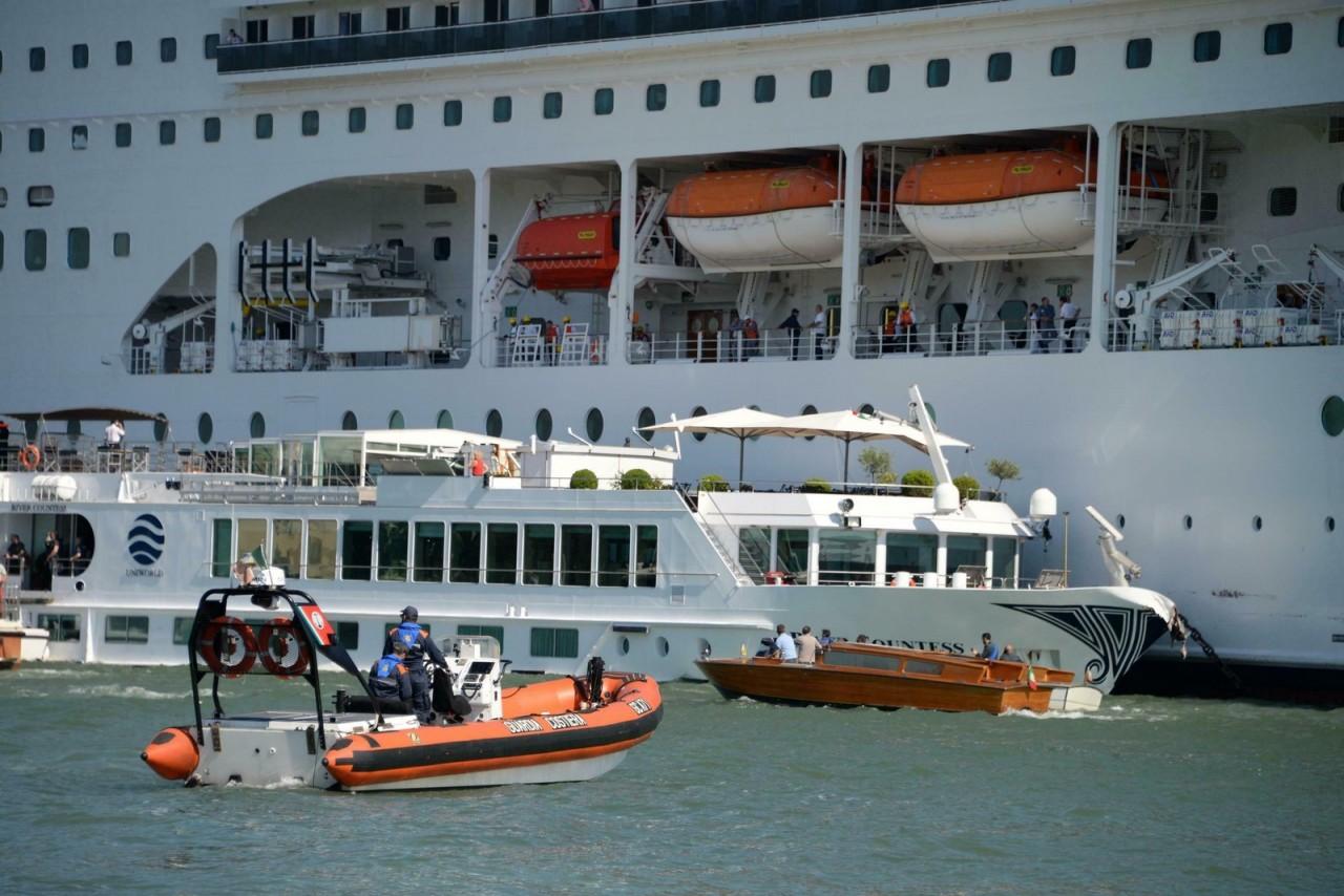 ap19153380231905 - Cruzeiro perde controle e atinge porto e barco turístico - VEJA VÍDEO