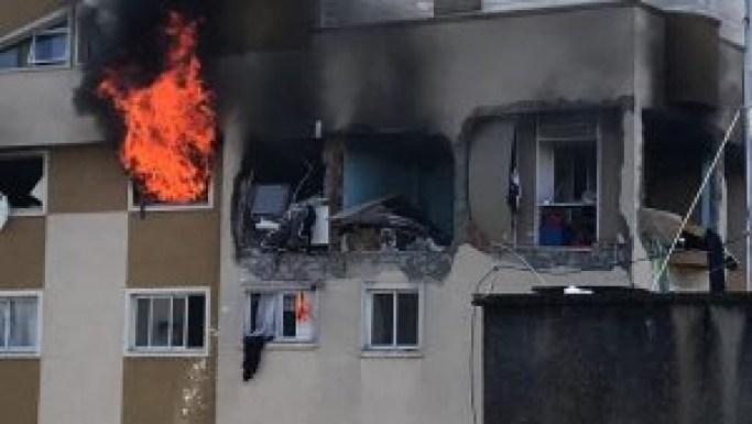 apartamento pegou fogo depois de explosao 300x169 - Morre menino que foi arremessado de 6º andar de prédio que pegou fogo