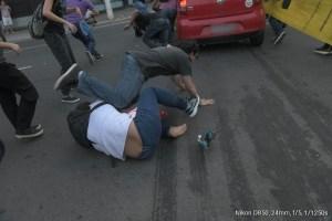atropela1a 300x200 - Homem que atropelou manifestantes em Niterói presta depoimento