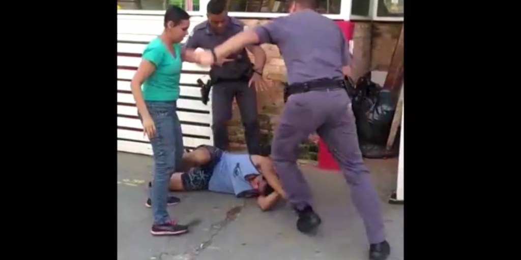 capturadetela201 d46a7c35d01eb99c8f526c38ea3d9f07 1200x600 1024x512 - Vídeo mostra policiais agredindo casal de carroceiros na Zona Oeste de SP; PMs são afastados - ASSISTA
