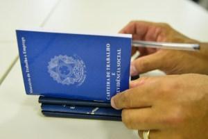 carteira de trabalho2 300x200 - Maio registra abertura de 32,1 mil novas vagas de emprego no país