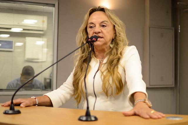 dra. paula - CANTANDO E LEGISLANDO: Dra. Paula canta em tribuna e aproveita para defender corte em salários de senadores - VEJA VÍDEO