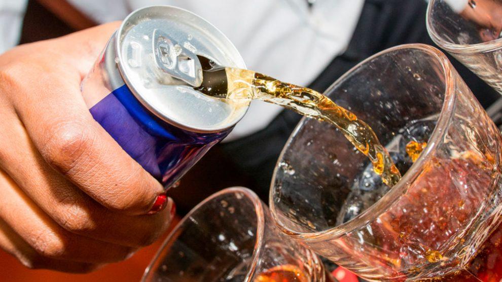 energeticoealcool 990x556 - União perigosa: nutricionista alerta riscos ocasionado pela associação de energéticos e bebida alcoólica