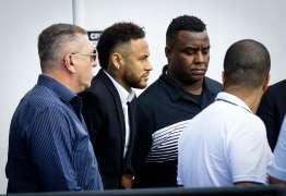 MULETAS E LESÃO: Neymar chega para depor em caso de estupro