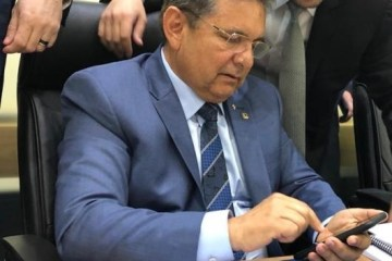 galdino celular - Galdino descarta concurso público na ALPB em 2019, mas revela processo de aposentadoria de pelo menos 100 efetivos já este ano