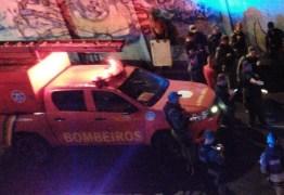 Após entrar em túnel alagado, carro afunda e deixa uma pessoa morta