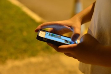 180515   jovem celular 0826 - Médico diz que mulher perdeu a visão por uso excessivo de celular