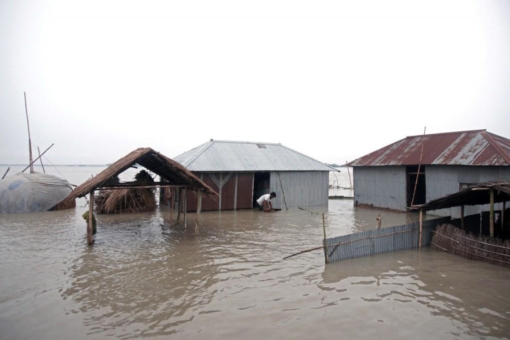 2019 07 15t145650z 836036916 rc13466dcb70 rtrmadp 3 southasia floods 1024x683 - Inundações na Índia, Nepal e Bangladesh deixam mais de 100 mortos e milhões de desalojados