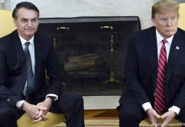 Bolsonaro diz estar 'cada vez mais apaixonado por Trump'