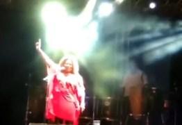 Margareth Menezes faz L de Lula e comenta fala de Bolsonaro durante show em João Pessoa – VEJA VÍDEO