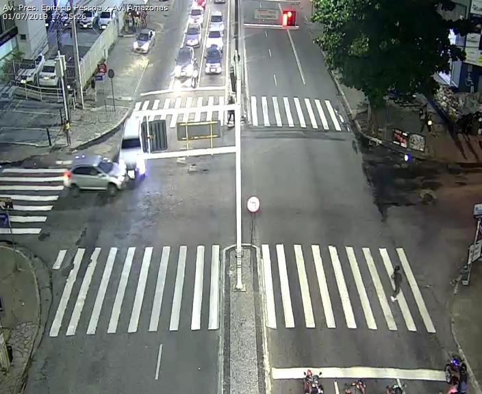 WhatsApp Image 2019 07 01 at 17.52.05 - Carro capota na Avenida Epitácio Pessoa após colisão com outro veículo em frente ao Extra - VEJA O VÍDEO