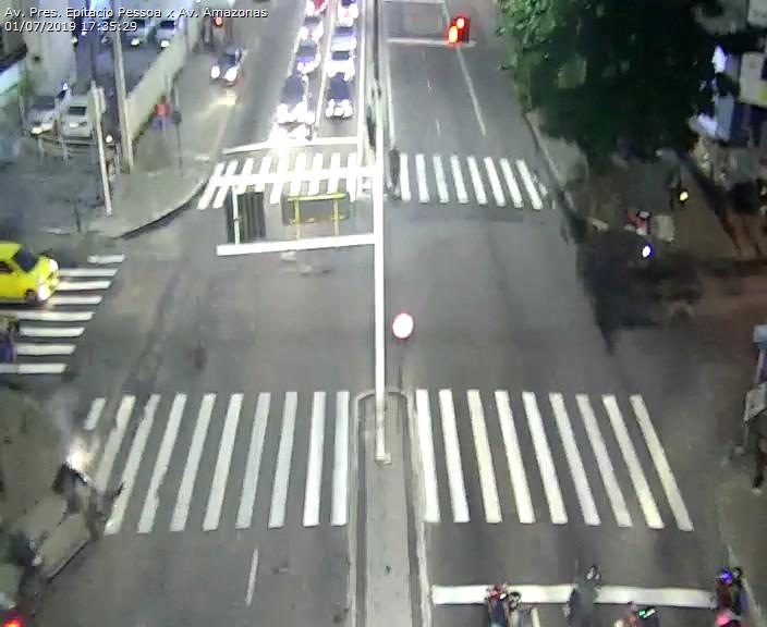 WhatsApp Image 2019 07 01 at 17.52.17 - Carro capota na Avenida Epitácio Pessoa após colisão com outro veículo em frente ao Extra - VEJA O VÍDEO