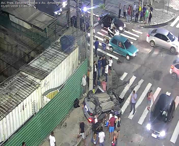 WhatsApp Image 2019 07 01 at 17.52.20 - Carro capota na Avenida Epitácio Pessoa após colisão com outro veículo em frente ao Extra - VEJA O VÍDEO