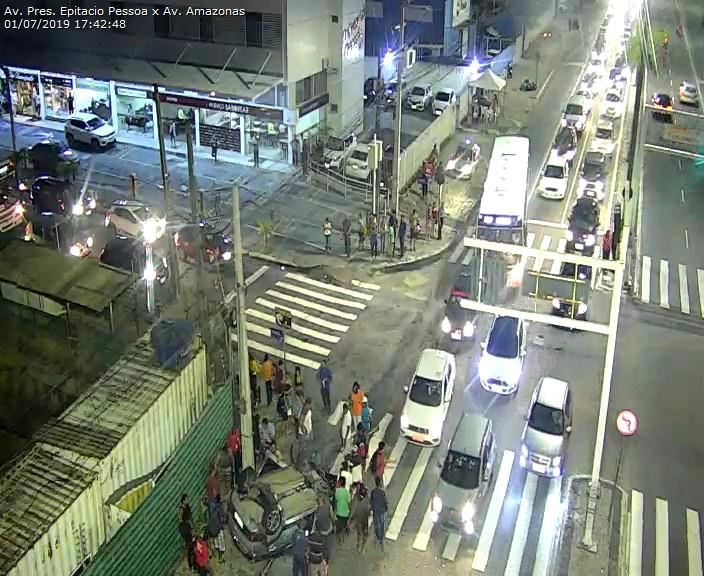 WhatsApp Image 2019 07 01 at 17.52.34 - Carro capota na Avenida Epitácio Pessoa após colisão com outro veículo em frente ao Extra - VEJA O VÍDEO