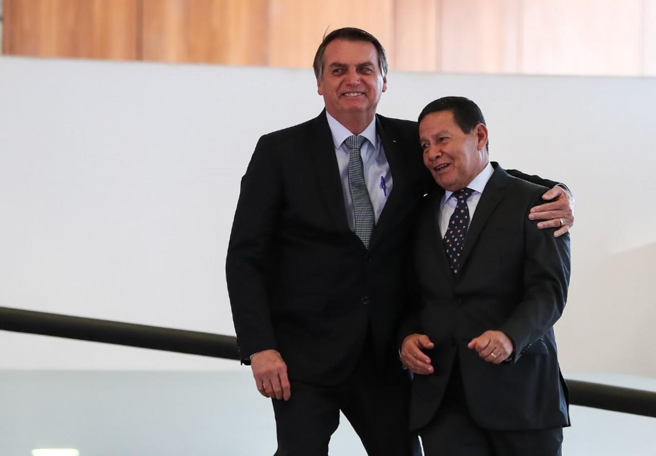 bolsonaro mourao - TSE arquiva ação que pedia cassação da chapa Bolsonaro-Mourão por outdoors irregulares