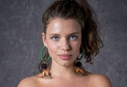 De topless, Bruna Linzmeyer dá mergulho em cachoeira