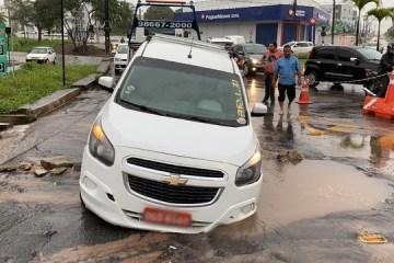 carro cai em buraco - Táxi cai em buraco aberto no asfalto em rotatória que liga Geisel e José Américo