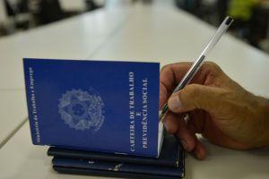 carteira de trabalho 300x200 - Sine oferta 182 vagas de emprego nesta semana em João Pessoa