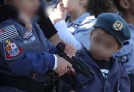 Crianças fardadas exibem réplicas de armas durante desfile oficial do 9 de Julho
