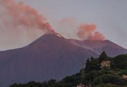 Vulcão Etna lança lava e nuvens de fuligem na Sicília
