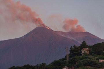 etna20 - Vulcão Etna lança lava e nuvens de fuligem na Sicília
