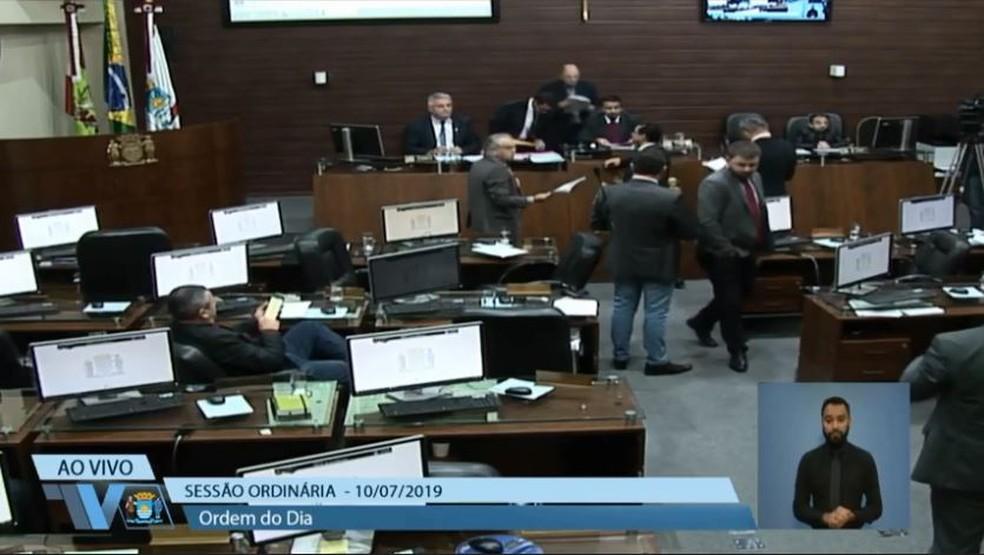 Gasto de R$ 1,656 milhão por ano: Câmara aprova auxílio-alimentação de R$ 1 mil para vereadores
