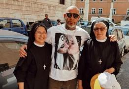 Chef Henrique Fogaça é 'crucificado' após foto de beijo lésbico no Vaticano