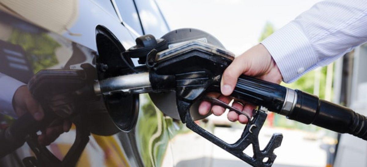 mao do homem reabastecimento de carro no posto de gasolina 23 2147841949 min 1200x545 c - Usuários do APP 'Preços da Hora' denunciam divergência de preços e Governo apura suposta sonegação fiscal em postos