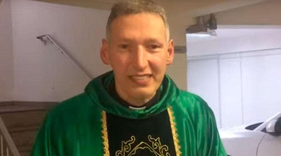 'Não quebrou nada', diz Padre Marcelo Rossi após levar empurrão; VEJA VÍDEO