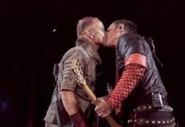 Integrantes do Rammstein se beijam em protesto contra leis homofóbicas na Rússia