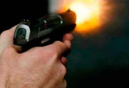 Aumento na posse de armas eleva feminicídios em casa, diz pesquisador