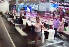 Passageira de primeira viagem 'embarca' em esteira em aeroporto; VEJA VÍDEO