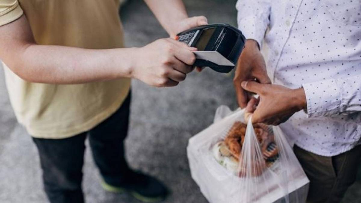 Quase 30% dos entregadores admitem 'beliscar' a comida